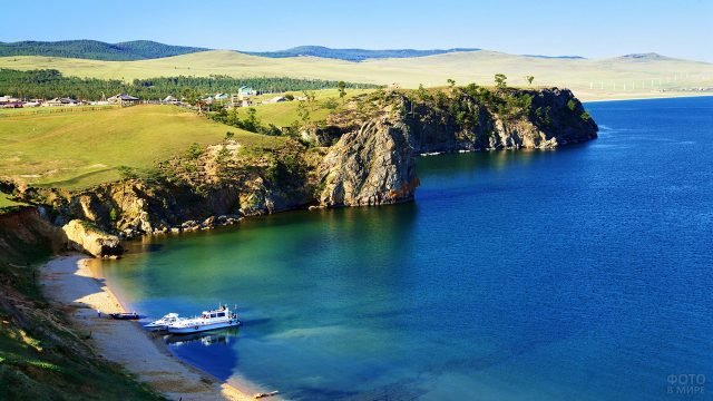 Туристические катера у берега озера Байкал