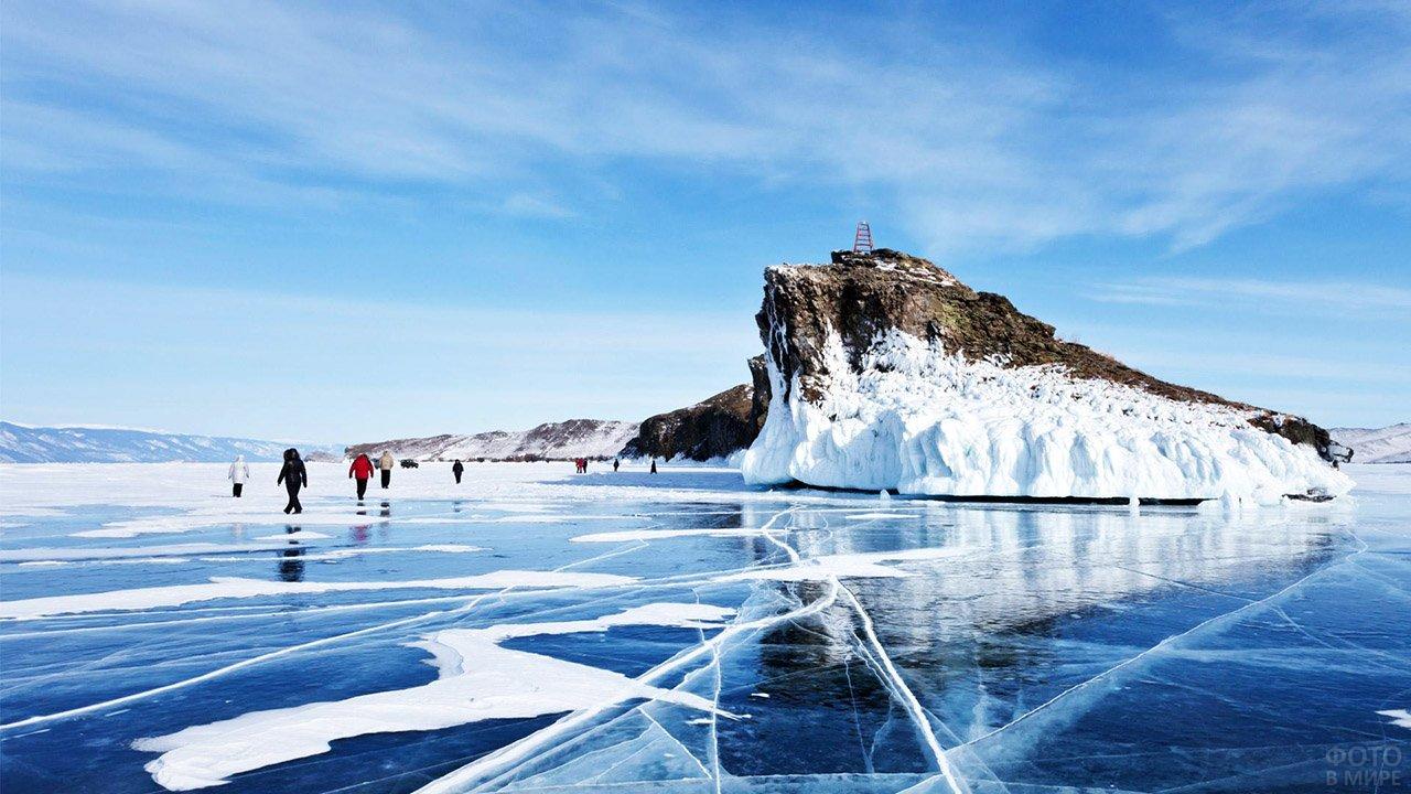 Туристы на зимнем Байкале