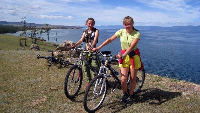 Велотуристки на берегу озера Байкал