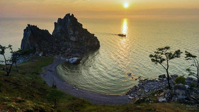Закат над мысом Бурхан на озере Байкал