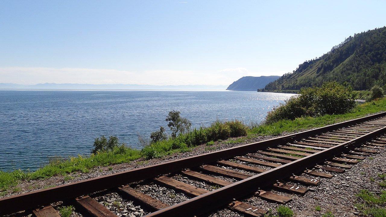 Железная дорога вдоль берега озера Байкал