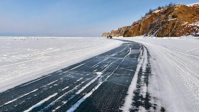 Зимняя дорога к острову Ольхон на замёрзшем Байкале