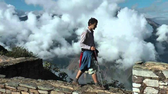 Человек идёт по стене в городе инков