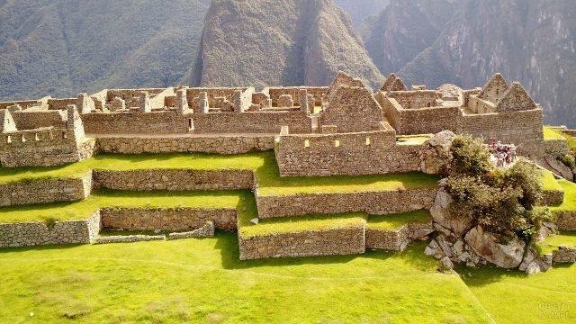 Группа туристов на площадке в древнем городе