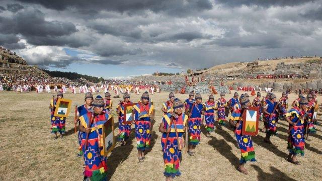 Праздник солнца в нациаональных костюмах на руинах древнего города