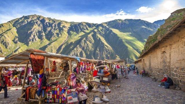 Рынок сувениров у подножья гор