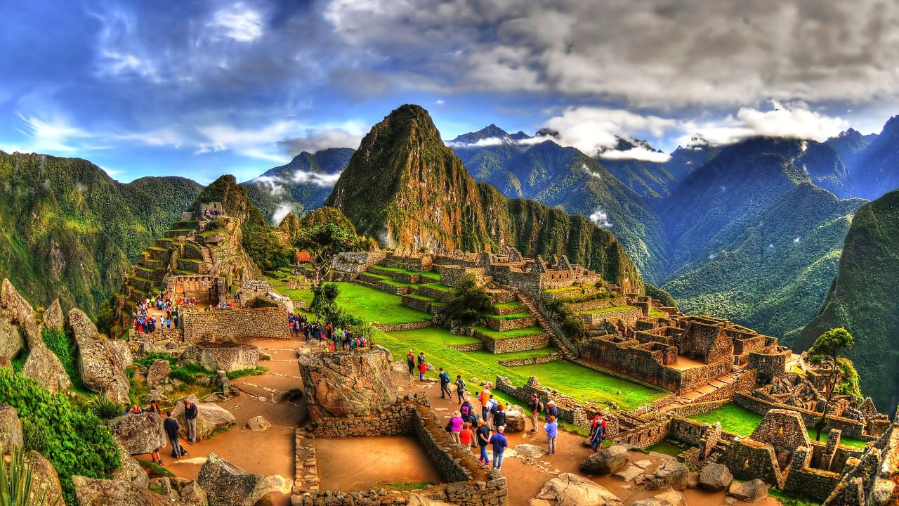 Туристы на экскурсии по древнему городу вид сверху