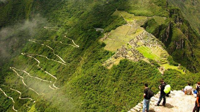 Вид на город инков и серпантинную дорогу со смотровой площадки