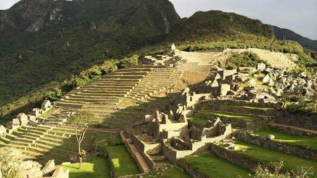 Вид на руины и лесницу инков