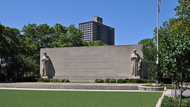 Большой мемориал в парке Кэдман-Плаза