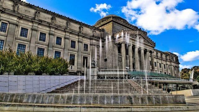 Бруклинский художественный музей с фонтанами у входа