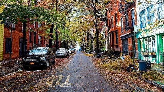 Яркие осенние краски на одной из улиц Бруклина