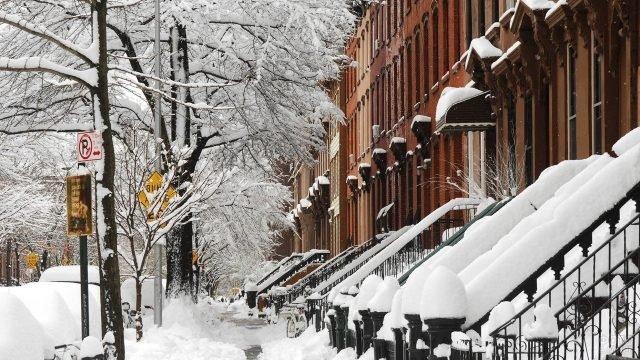 Красивый снежный пейзаж в одном из дворов Бруклина