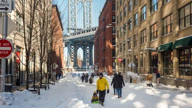 Люди гуляют по заснеженным улицам Бруклина