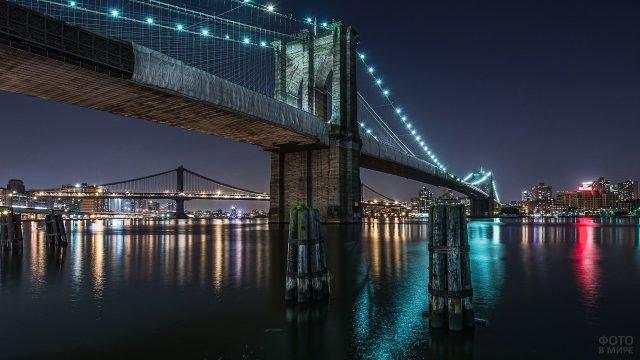 Ночной вид светящегося Бруклинского моста