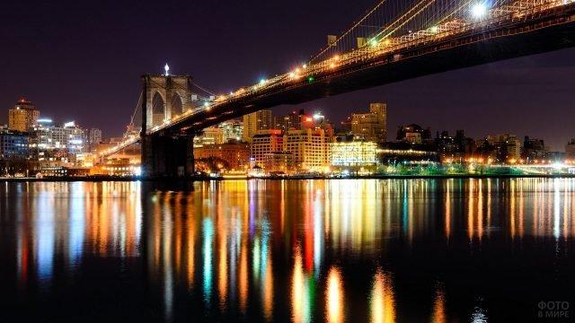 Отражение ярких огней города в воде