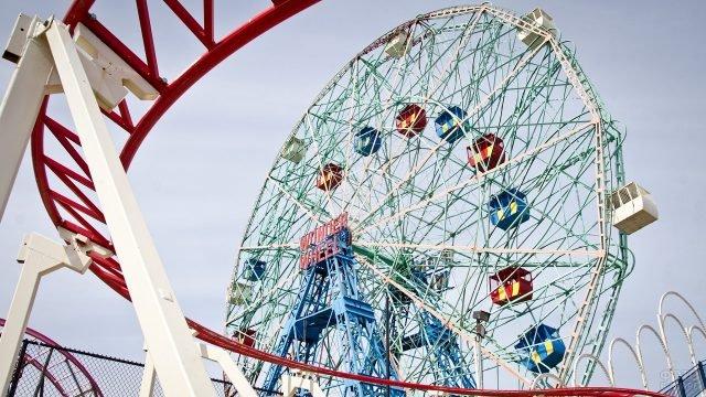 Разноцветные кабины колеса обозрения в парке Бруклина