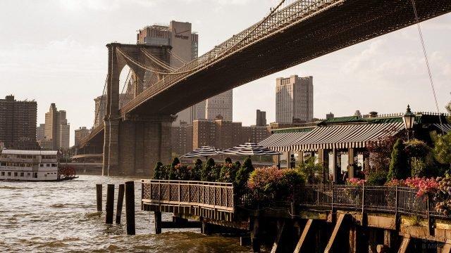 Уютное кафе расположенное под Бруклнским мостом