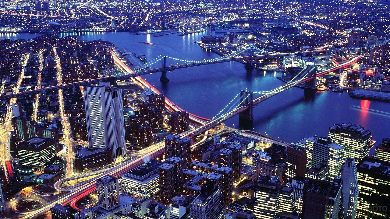 Вид сверху на ночной город с красивыми мостами