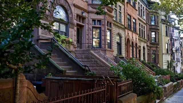 Живописная улица с красивой архитектурой домов