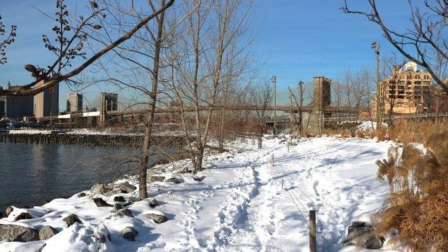 Зимний пейзаж набережной у моста