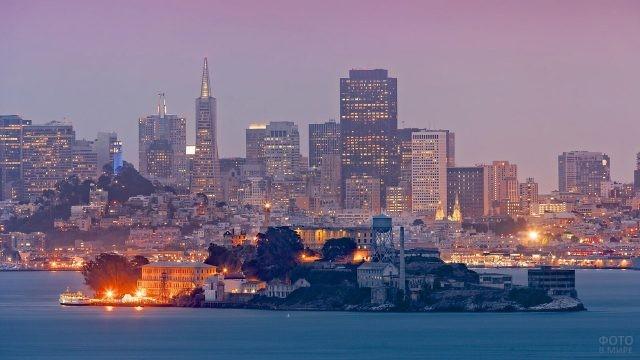 Алькатрас на фоне Сан-Франциско