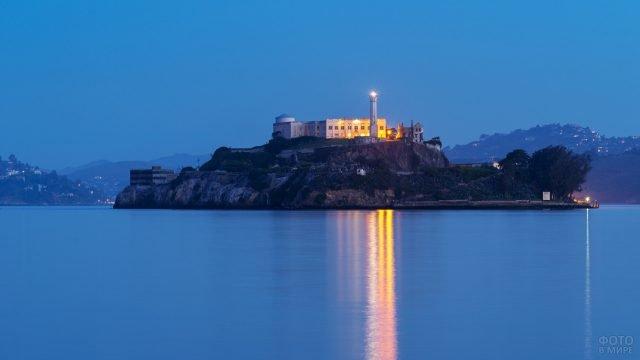 Луч прожектора Алькатрас на водной глади