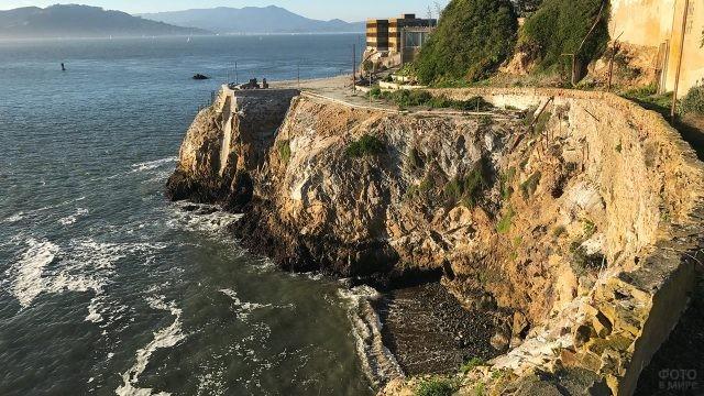 Морской прибой бьётся о скалы острова Алькатрас