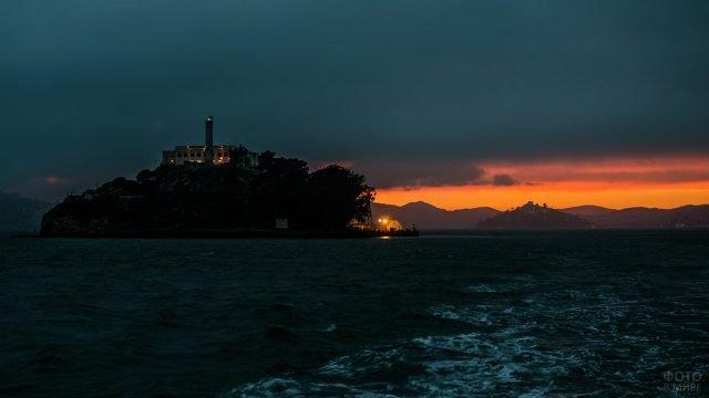 Огни в Алькатрасе в закатных сумерках