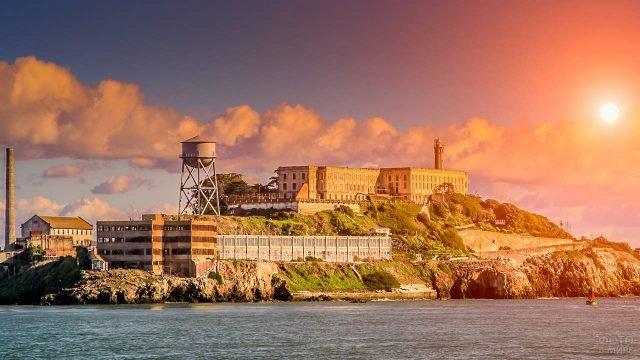 Тюрьма на острове в лучах полуденного солнца