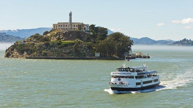 Туристический лайнер возвращается с экскурсии
