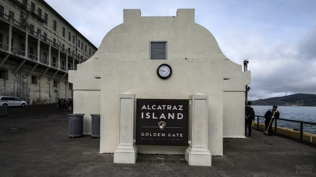 Вывеска с названием тюрьмы Алькатрас