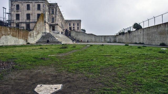 Заброшенное баскетбольное поле для заключённых в Алькатрасе
