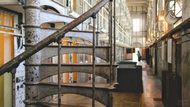 Железная винтовая лестница в тюрьме Алькатрас