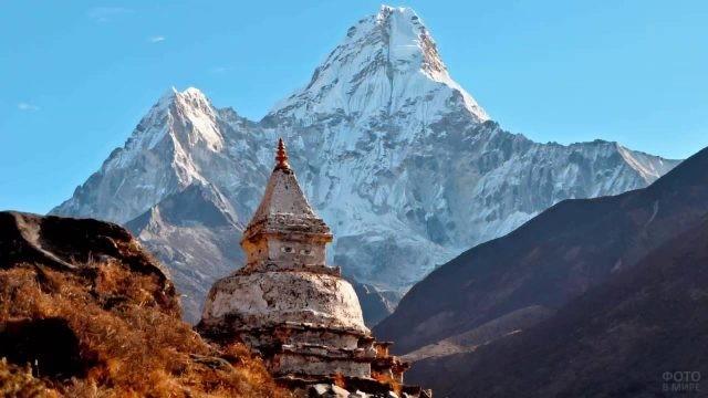 Храм с глазами на фоне горного пика