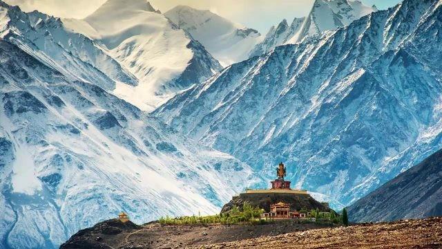 Индийский храм у подножья гор