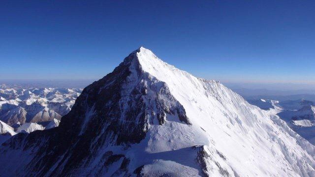 Эверест и соседние горные вершины на фоне чистого неба