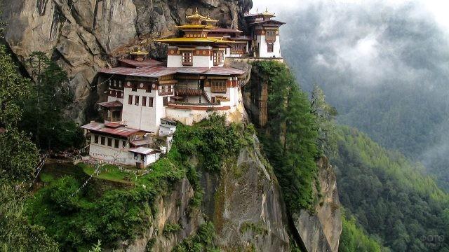 Монастырь Такцанг-Лакханг летом