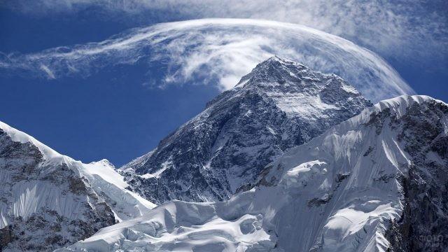 Облака играют с вершинами гор
