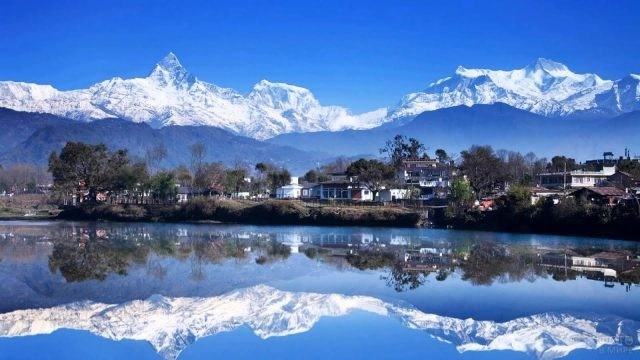 Отражение горных вершин в озере
