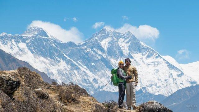 Пара молодых туристов на фоне Эвереста
