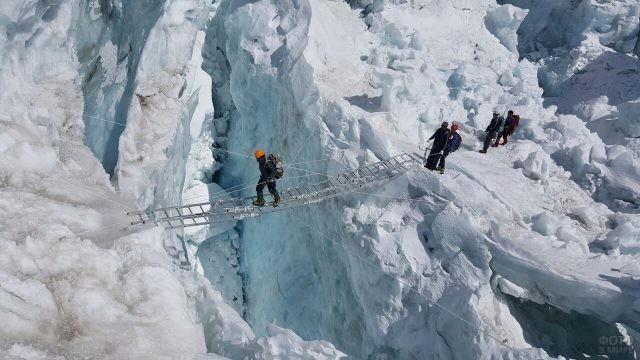 Переход группы туристов через ледяную расщелину