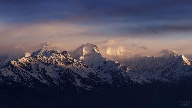 Первые лучи солна касаются вершин гор