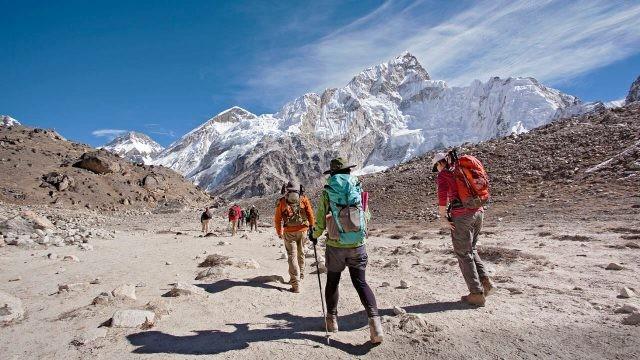Путешественники с яркими рюкзаками на пути к базовому лагерю Эвереста