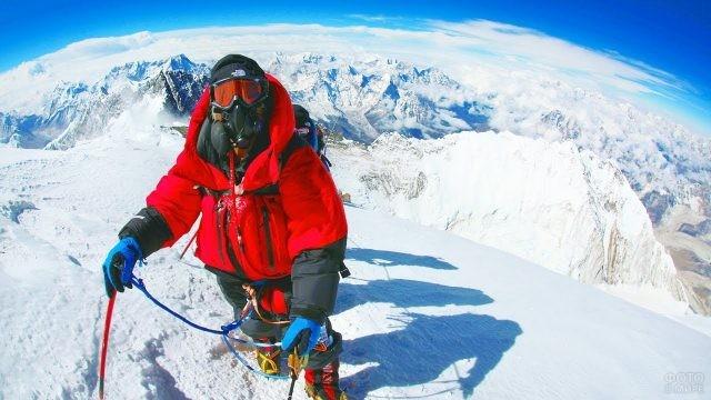 Селфи туриста в красном на подъёме на Эверест