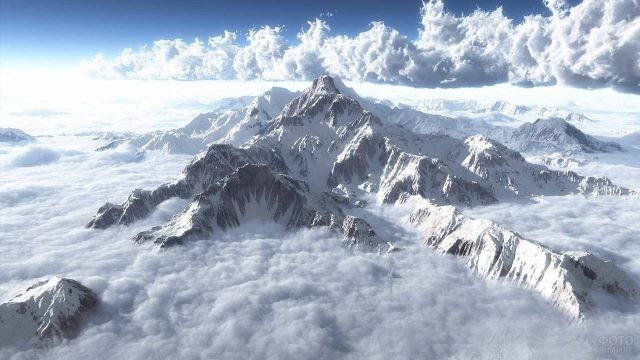 Снежный Эверест укутанный облаками