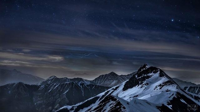 Спокойствие ночных вершин и яркие звёзды