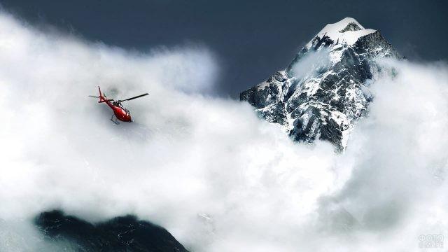 Вертолёт в облаках на фоне Эвереста