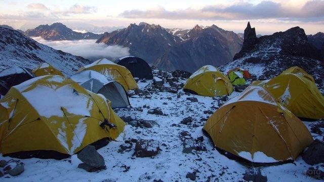 Занесённые снегом палатки на склоне