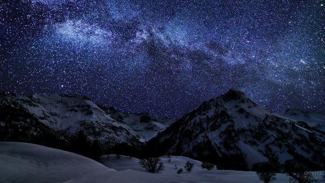 Звёздное небо над заснеженными горами
